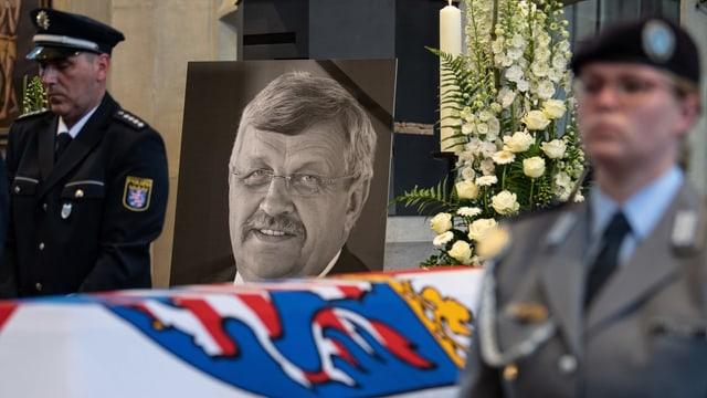 Foto von Walter Lübcke über seinem Sarg während der Beisetzung.