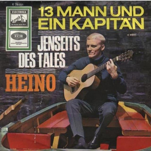 Blonder Mann mit Gitarre auf Boot.