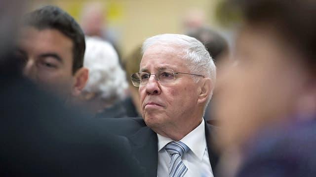 Nationalrat Christoph Blocher hört einem Referenten an der Delegiertenversammlung der SVP zu. (keystone)