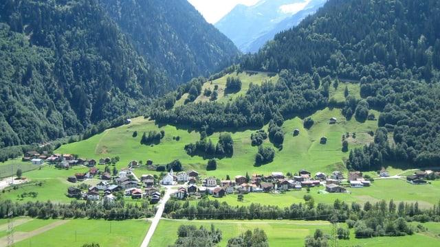 Blick auf ein Bergdorf, vom Gegenhang aus.