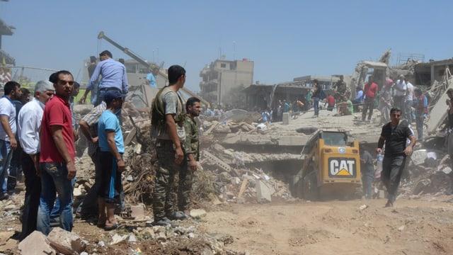 Bergungsarbeiten bei einem eingestürzten Gebäude in Kamischli.