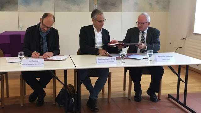 Männer unterschreiben Dokumente
