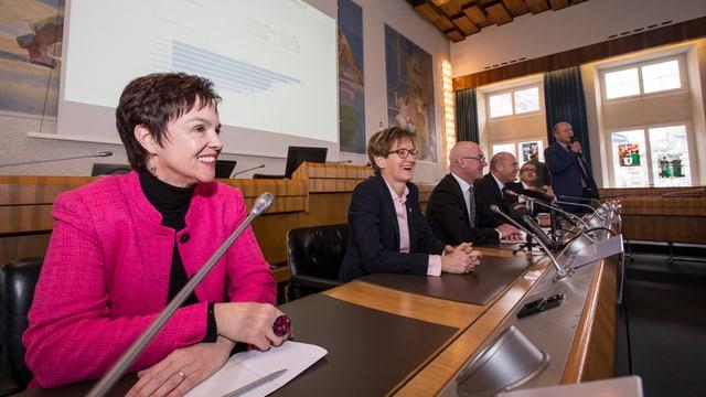 Monica Gschwind (vorne) und Sabine Pegoraro freuen sich über ihre Wahl in die Baselbieter Regierung.