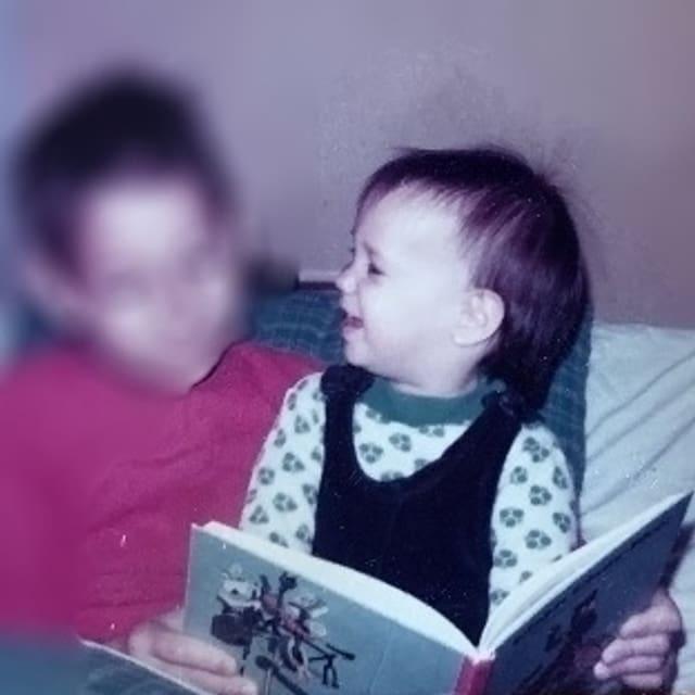 Annette König ist drei Jahre alt und hat den Globi-Klassiker «Globi in der Verbannung» in der Hand