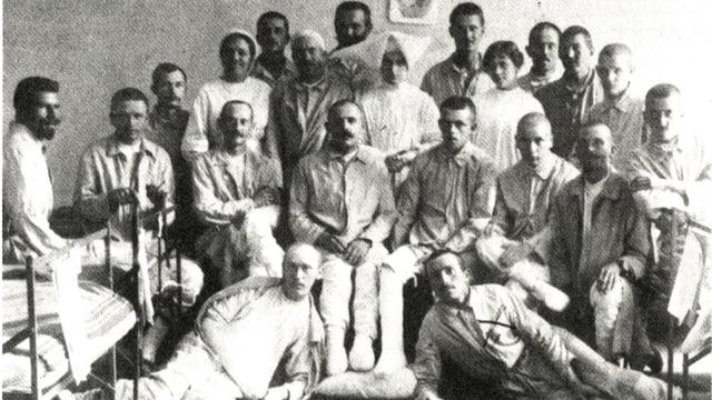 Man sieht eine Gruppe von Soldaten im Kriegsspital. Sie posieren mit den Krankenschwestern.