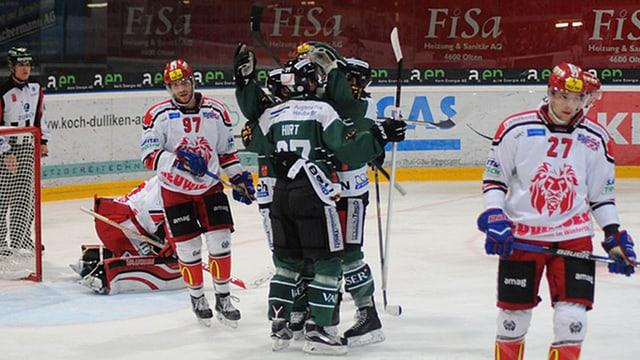 Eishockeyspieler umarmen sich