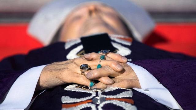 Der verstorbene Kardinal Joachim Meisner liegt mit verschrängten Händen und Rosenkranz in der Kirche.