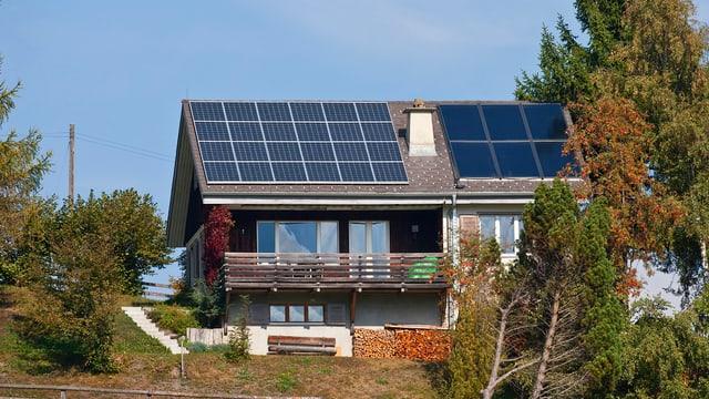 Haus mit Solarzellen auf Dach