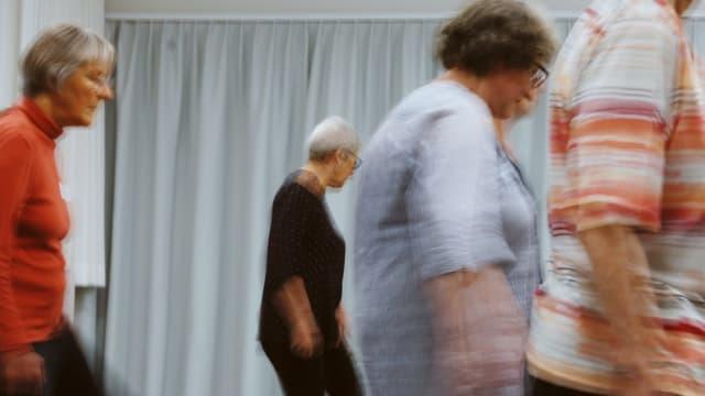 Seniorinnen bewegen sich im Raum – mal zu aktueller, mal zu älterer Musik.