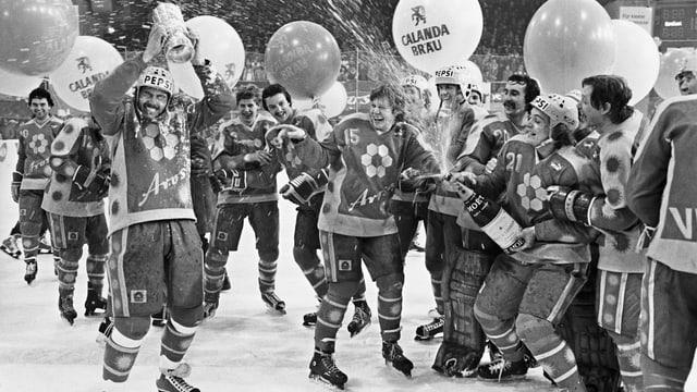 Spieler des EHC Arosa stemmen 1982 den Meisterpokal in die Höhe.