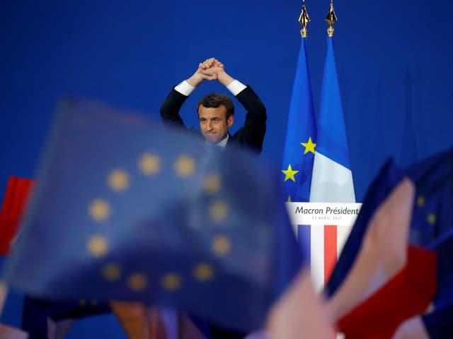 Macron spricht vor EU-Flagge