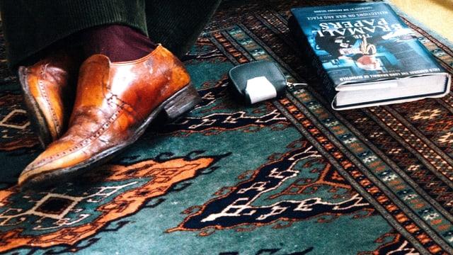Lord Edmin Bramalls Schuhe und ein Buch mit dem Titel «The Bramall Papers».