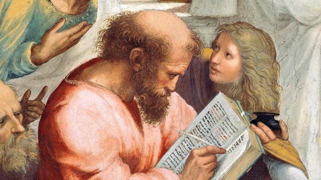 Bild, das einen Mann zeigt, der in ein Buch schreibt. Ein alter und ein junger Mann neben ihm.