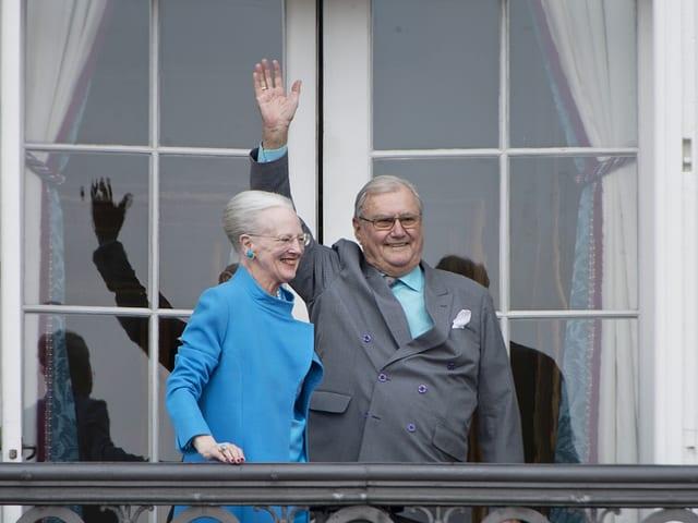 Henrik winkt neben der Königin