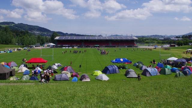 Sportgelände mit Zeltstadt