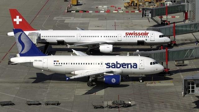 Flugzeuge der Swissair und der Sabene stehen nebeneinander