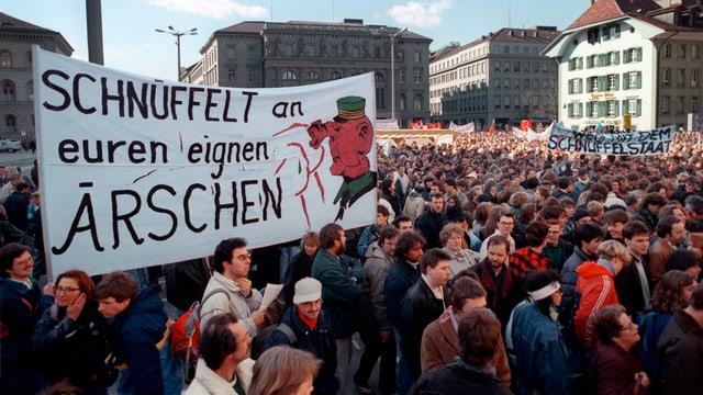 Kundgebung gegen die Fichenaffäre auf dem Bundesplatz.