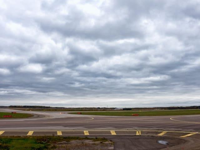 Flugplatz mit Wolkenhimmel