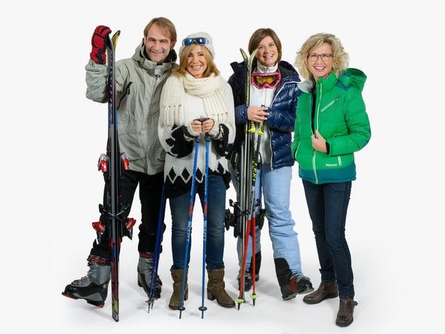 Thomy Scherrer, Marietta Tomaschett, Riccarda Trepp und Ladina Spiess in Ski-Kleidern.