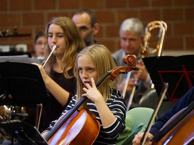 Mädchen mit Cello.