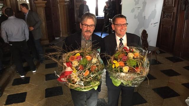 Beide wiedergewählten Ständeräte mit Blumensträussen.