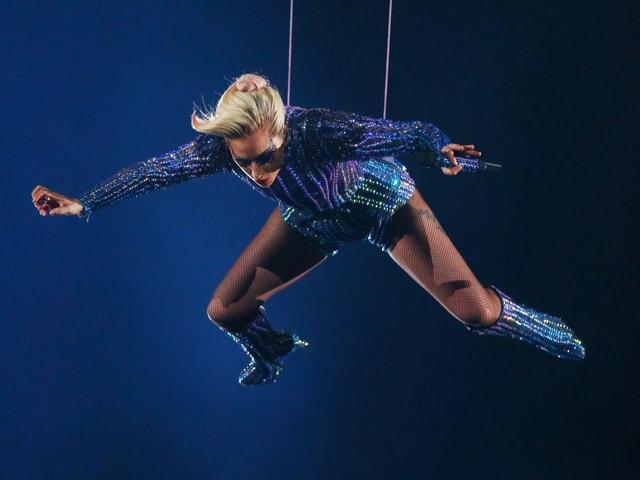 Lady Gaga schwebt ins Stadion.