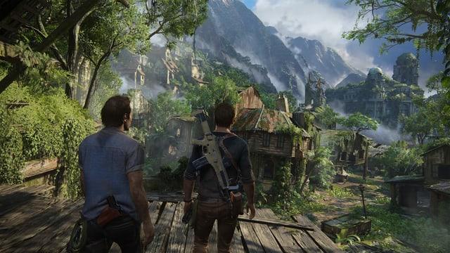 Nate und Sam vor einer verfallenen Stadt im Dschungel.