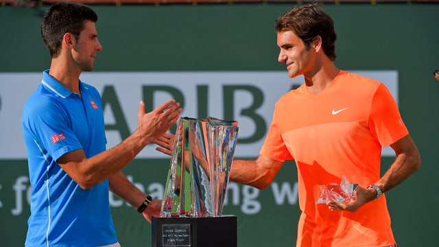 Sanester il victur Novak Djokovic. Dretg Roger Federer. Entamez il pocal.