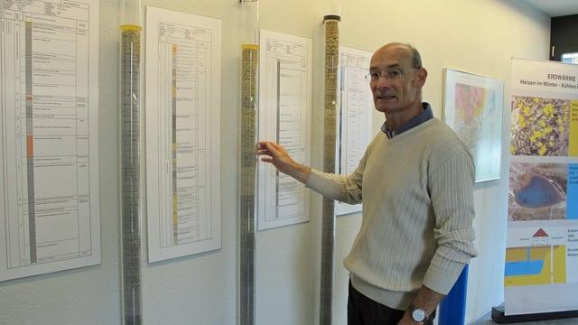 Geologe Mark Eberhard zeigt verschiedene Bodenproben.