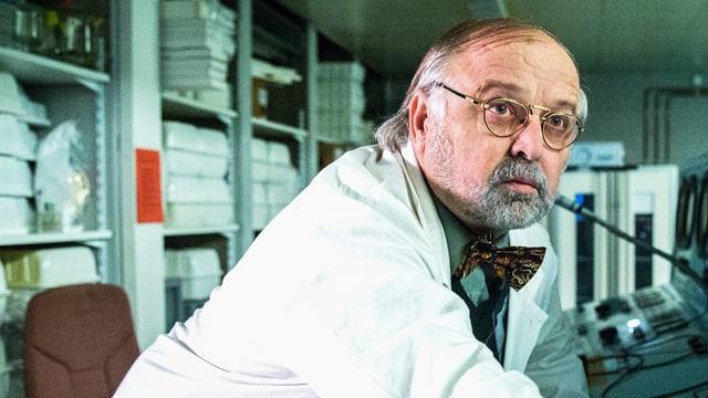 Mann mit Laborkittel und Fliege und Brille