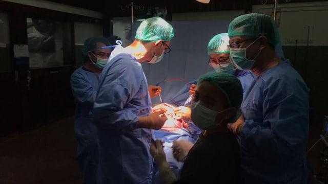Aufnahme im Operationssaal, die Operation ist in vollem Gange.