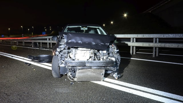 Kaputtes Auto auf der Autobahn