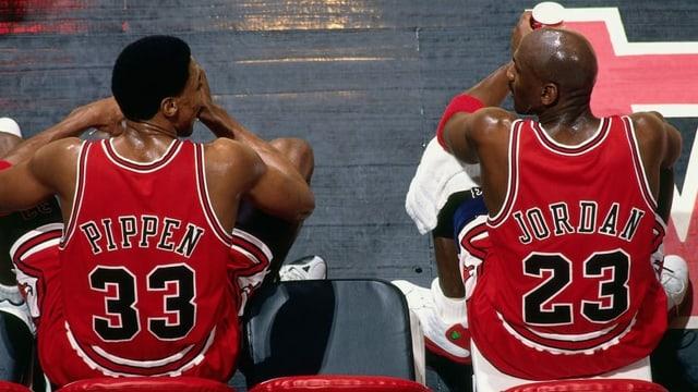 Pippen und Jordan während einer Spielpause, fotografiert aus der Vogelperspektive.