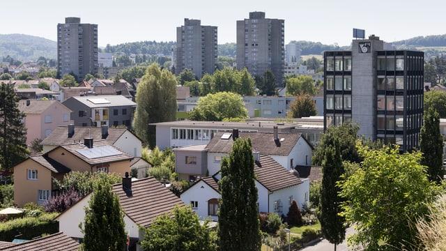 Blick auf ein Wohnquartier von Brugg, im Hintergrund Wohnblöcke