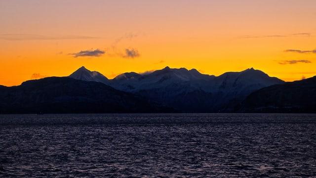 Dämmerungsstimmung um die Mittagszeit in Norwegen während der Polarnacht.