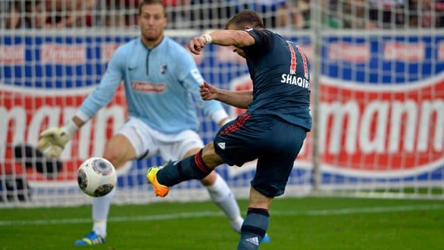 Xherdan Shaqri lässt Freiburg-Hüter Oliver Baumann keine Chance.