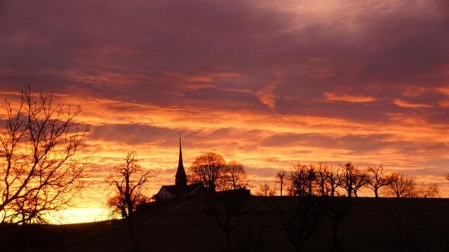 Eine Kirche im Morgenrot.