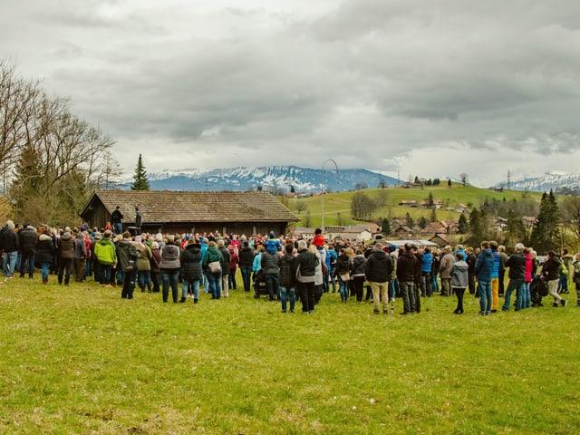 Hunderte Menschen auf der Wiese.