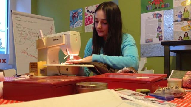 Vanessa arbeitet konzentriert an ihrer Nähmaschine.