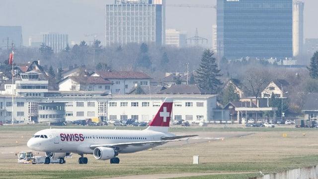 aviun da la Swiss a la plazza aviatica da Turitg.