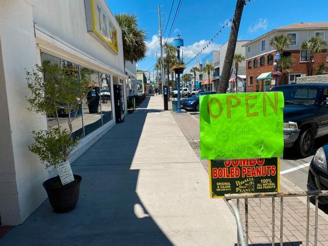 Open-Schild auf der Strasse.