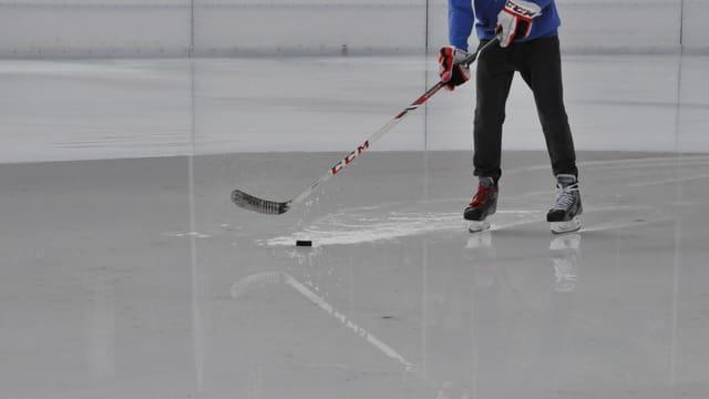 Giugader da hockey sin il glatsch.