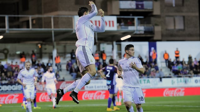Cristiano Ronaldo springt in die Luft, Karim Benzema und James Rodriguez eilen herbei