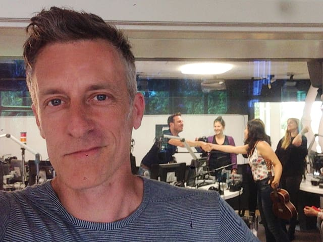 Lucius Müller vor dem Studio vopn SRF 3.