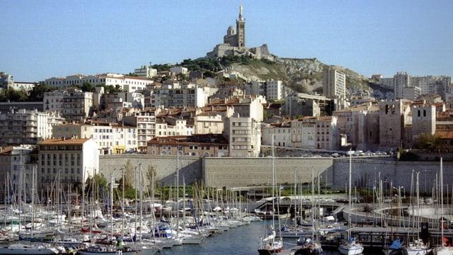 Alter Hafen von Marseille, auf dem Berg im Hintergrund eine Kirche.