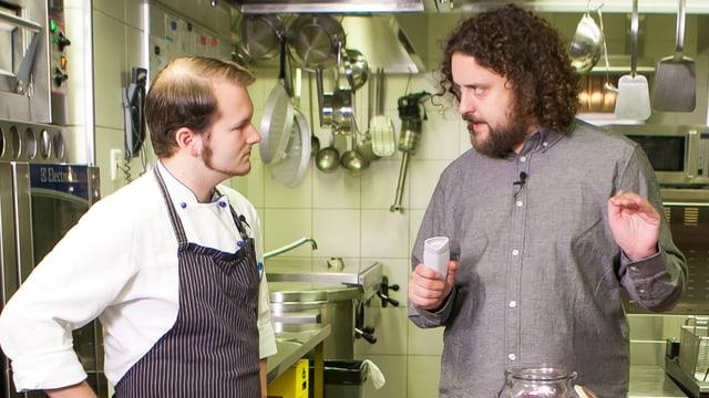 Daniel Bachmann steht mit Nicolas in der Küche und erklärt ihm, wie das erste Gadget funktioniert.