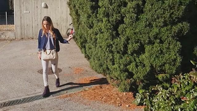Ein Mädchen läuft auf einer Strasse.