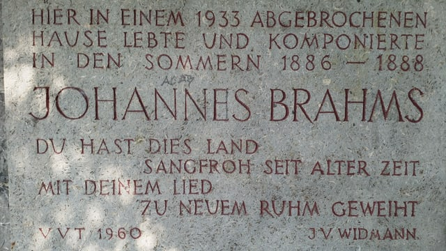 Eine Gedenktafel, auf der in grossen Lettern Johannes Brahms geschrieben steht.