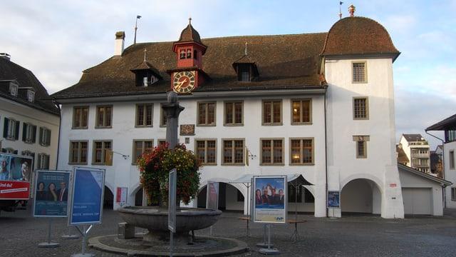 Rathaus Thun mit Wahlkampfplakaten 2015