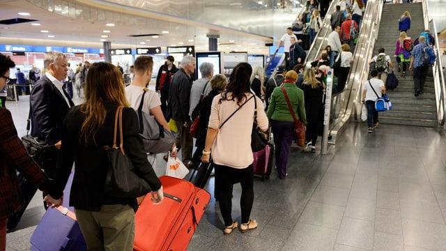 Eine Schlange mit Flugpassagieren am Flughafen Zürich